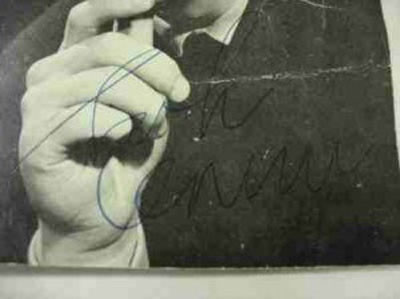 inilah tnda tngan termahal tanda tangan terakhir milik John Lennon, sebelum ia dibunuh oleh Mark Chapman, dan terjual seharga 525.000 dollar AS. John Lennon, adalah vokalis dari kelompok legendaris asal Liverpool, Inggris, the Beatles.