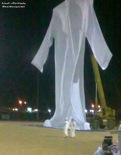 Coba lihat replika baju Nabi Adam AS di dalam gambar.dibuat di Jeddah, Arab Saudi dan memakan masa selama 18 hari untuk menjahitnya. Panjang 29 meter dan lebar 9 meter. Subhannalh, MasyaAllah !