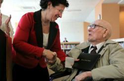 Kakek tua ini baru bisa lulus SMA setelah usianya 106 Tahun walaupun sudah sangat tua