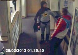 Tokoh Batman memang selalu beraksi memberantas kejahatan dengan membantu polisi. Namp