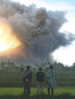 masih inget kejadian meletusnya gunung merapi di jateng?? lihat gunung itu mengeluarkan asap berbentuk manusia ...wahh serem yaa...