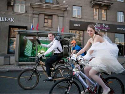 Pasangan asal rusia yang sangat suka bersepeda memutuskan untuk menikah dengan cara yang sehat. Mereka berkeliling kota dengan bersepeda diiringi oleh para undangan yang juga bersepeda