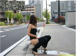 Parah!!! Gadis Sexy ini Kencing Di Pinggir Jalan