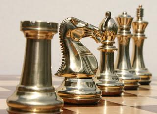 Suatu bentuk catur dimainkan di India kuno tapi permainan dikembangkan menjadi bentuk yang kita kenal sekarang di Persia. Dari sana menyebar ke arah barat ke Eropa – di mana diperkenalkan oleh bangsa Moor di Spanyol pada abad ke-10 – dan timur