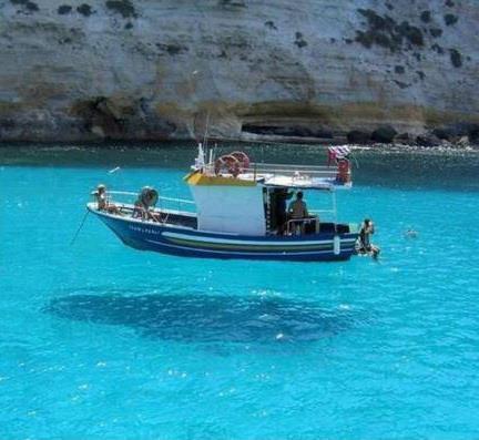 AMAZING PICTURE !!! Tebak ! Apakah perahu ini melayang atau tidak ??