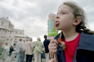 wah, ilusi gambar yang keren nih, terlihat seperti seorang anak sedang menjilat ice cream. tapi ternyata bukan ice cream, ternyata itu bangunan yang ia buat sepeti sedang menjilat ice cream (y)