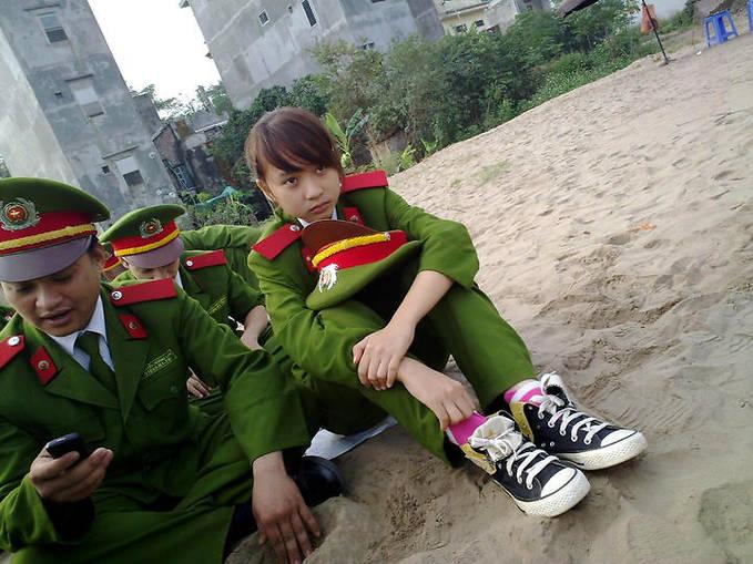 WOW FOTO Kasian cewek cantik ini jadi Tentara..jadiin istri aja gan