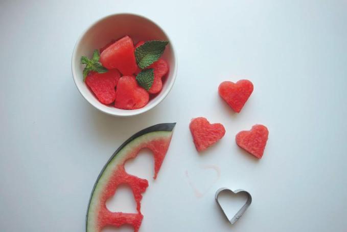 Pemotong Semangka Unik Yang Berbentuk Hati. Kalian Paling Suka Buah Apa.. a. Nanas b. Semangka c. Nangka d. Apel e. Strawberry f. lainnya ?