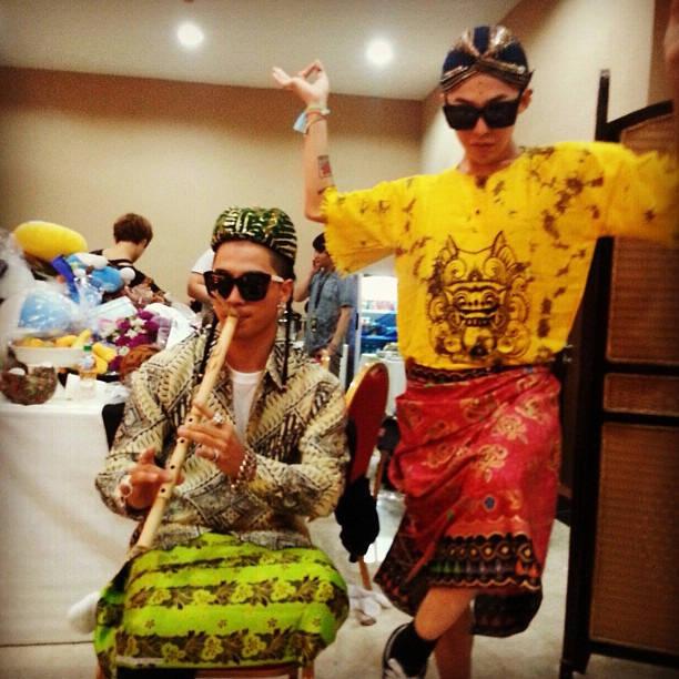 WOW!! nih ada foto 2 personil Bigbang pake baju khas indonesia :D BANGGA DONG JADI VIP fans Of BIGBANG INDONESIA