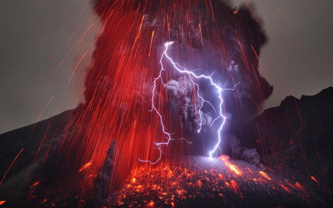 Gunung berapi Sakurajima dengan Kilatan Petir