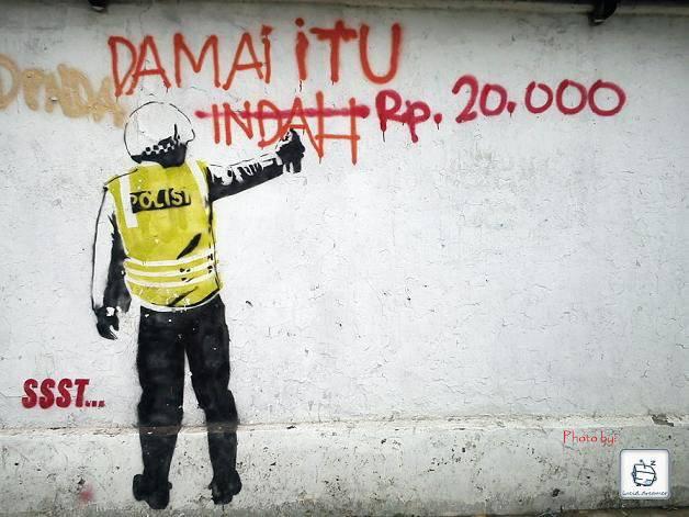 Polisi Koplak ....!! mau damai aj susah harus ada uang ....!! wkwkwk dasar POLISI KOPLAK ...!! Wow nya ya biar Polisi di indonesia ga begini ..!!