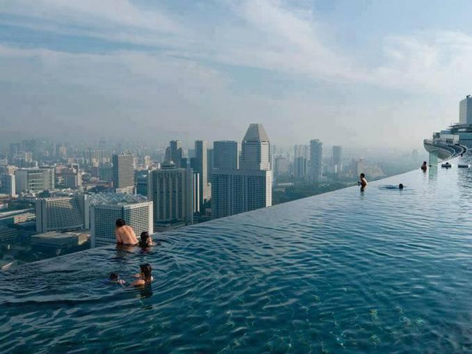 WOW!!! tak disangka ini merupakan kolam renang di atas lantai 52 --- Swimming pool on the floor 52 in Singapore