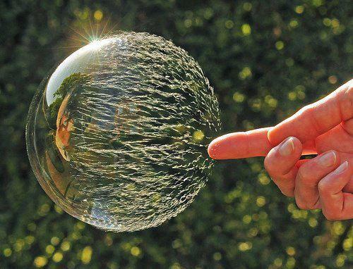 Inilah sebuah potret yang menggunakan kecepatan tinggi lensa yang dapat menangkap proses pecahnya sebuah gelembung. Keren abiisss...
