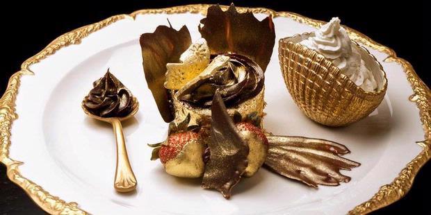makanan termahal di dunia Emas identik dengan perhiasan. Lalu bagaimana dengan cupcake emas? Di Dubai, Uni Emirat Arab, kafe Bloomsburys menjual Golden Phoenixe Cupcake yang terbuat dari lembaran emas 23 karat yang bisa dimakan. Berani coba?