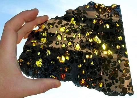 Ini adalah pecahan meteorit Esquel yang ditemukan di Argentina, Lebih indah mana dibanding berlian? :)
