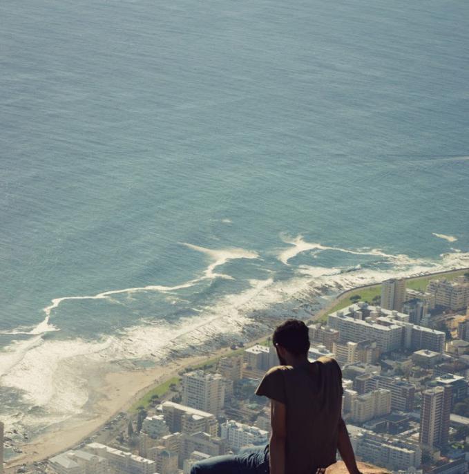 Duduk di pinggiran Lions Head Mountain di Cape Town, Afrika Selatan. Indah dan menakutkan!