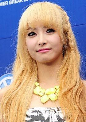 5 Idola KPop Cantik Berambut Pirang 5.Victoria F(X)