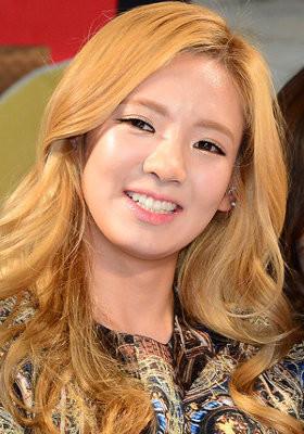 5 Idola KPop Cantik Berambut Pirang 4.Kim Hyoyeon SNSD Meski dancing machine SNSD tak suka bergaya imut, ia bisa tetap tampil cantik dan feminin dengan rambut pirangnya.