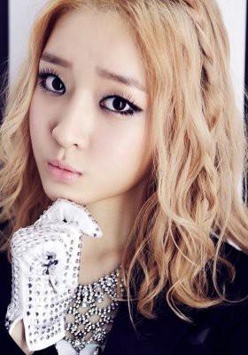 5 Idola KPop Cantik Berambut Pirang 3.Ahreum 'T-ara' Member baru T-ara Ahreum dengan mudah bisa beradaptasi dengan para seniornya. Ahreum pun tampak percaya diri dengan rambutnya yang pirang sebahu.