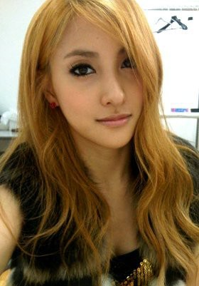 5 Idola KPop Cantik Berambut Pirang 2.Gyuri 'KARA' Wajar rasanya jika leader KARA Park Gyuri dijuluki Goddess atau Dewi. Gyuri tampak cantik berambut pirang yang ditata messy.