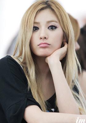 5 Idola KPop Cantik Berambut Pirang 1.Nana 'After School' Personel After School Nana tak terlihat seperti orang Korea. Ia tampak cocok berambut pirang yang tergerai panjang.