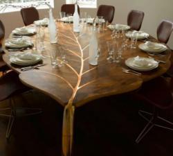 Meja indah berbentuk daun.