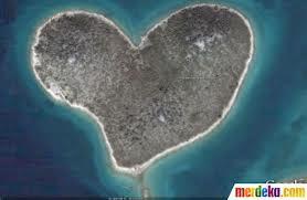 pulau ini berbentuk love. wownya ya untuk pulau yg sngat indah ini