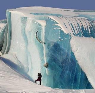 kasian banget nih gajah. apakah ia bisa selamat di dalam bongkahan es kayak gitu wow nya ya!