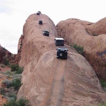 Bosen dengan jalan raya biasa yang lurus-lurus aja? Kamu boleh coba berkendara ke Lions Back di Moab, Utah ini. Kalau masih kurang greget coba naik sepeda atau sepatu roda aja :D
