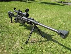 1. REMINGTON 700 Inilah salah satu senapan sniper terbaik di dunia. Dikembangkan dari keberhasilan Winchester 70, Remington 700 belakangan di pilih lagi saat AS butuh sniper baru, M24 Remington mengembangkan model 700 sejak 1962, ketika Winchester menolak permintaan Marinir AS untuk penggantian Laras. Charlos Hatchock termasuk pengguna model 700. Definisi: Nama : Remington 700 Kaliber :7,62 x 51 mm Sistem : Bolt Action Berat : 4,08 kg kosong tanpa telescope Panjang : 1,662 mm Laras : 660 mm Pengguna : Marinir 2. GALIL GALATZ/99 R Ide dasarnya tak lain senapan serbu AB Israel Galil AR. Lewat proses publikasi lahirlah Galil Galatz. Tak sukses pendahulunya galatz konon punya akurasi rada payah. Selain itu, ongkos produksinya juga mahal. Meski sempat di produksi banyak, IMI terpaksa merilis versi lanjutnya Galil 99r sistem otomatis. Definisi: Nama : Galil 99R Kaliber : 7,62 mm Panjang : 111,5 cm Laras : - Berat : 6,4 kg Sistem : Semi outo Magasen : 20 Pengguna : Kostrad 3. SPR-1 SPR alias Senjata Penembak Runduk buatan PT. Pindad Indonesia ini sudah menjadi standar TNI. Secara keseluruhan, semua persyaratan sudah dimiliki. Mulai dari laras yang panjang, teleskop dan bipod yang ampuh membidik target dengan jaminan akurasi dan stabilitas tinggi. Hanya sayang, body masih menggunakan kayu. Definisi: Nama : SPR-1 Kaliber : 7,62 x 51 mm Laras : 650 mm Berat : 6,82 kg Sistem : Bolt Action Alat bidik : teleskop Pengguna : TNI 4. SIG SHR 970 Baik varian STR maupun SHR 970, sama-sama dikembangkan dari SHR (Swiss Hunting Rifle) oleh pabrik SIGarms, Swiss. SHR merupakan lightweight Tacicla Rifle, sementara STR Long Range Rifle. Kelebihan SIG 970 adalah kemudahan mengganti laras dan Kaliber. SIG SHR 970 Tactical Rifle Kaliber 7,62mm x 51 mm Definisi: Nama : SIG LTR 970 Kaliber : 7,62mm NATO (.308 WIN) atau 300 Win Magnum Sistem : Bolt Action, rotating bolt Laras : 690 mm Berat : 4,43 kg kosong tanpa scope Panjang : 1.143 mm Pengguna : Den Bravo 90 5. HECATE II Tak Banyak satuan TNI 