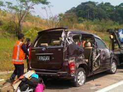 Tol Cipularang,Banyak Orang yang diuntungkan dengan Tol yang di hubungkan Jakarta - Bandung ini,sebab jarak dua kota ini jadi semakin dekat,namun kini mitos berkeliaran seiring maraknya kasus kecelakaan di jalan bebas hambatan ini. Sumber : ht