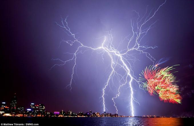 Tampilan petir alam melengkapi kembang api diluncurkan untuk merayakan perayaan Hari Australia di Perth Foto oleh Matthew Titmanis
