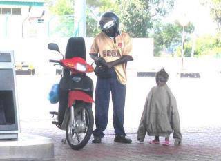 anaknya dipakein jacket, gak peduli walau mirip penguin