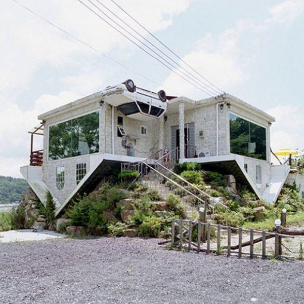 Rumahnya kebalik sampe ke mobil2nya..:))