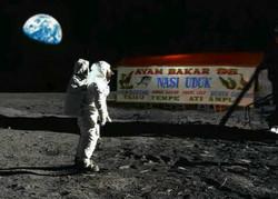 oh ternyata....astronot ini jauh-jauh ke bulan untuk beli sarapan wkwkwkwkw...