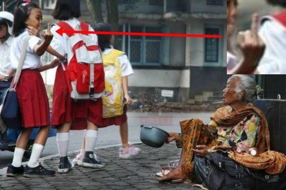 Anak Ini GAK tau Malu .. Masa Pengemis Ini Di Beri Tanda FUCK YOU .... Jangan Di Tiru Yah Kwan . Karna Perilaku Ini Tidak Mencitrakan kebudayaan Anak Indonesia .... Buat Yg setuju Jangan Lupa Klik WOW yah ... !!!