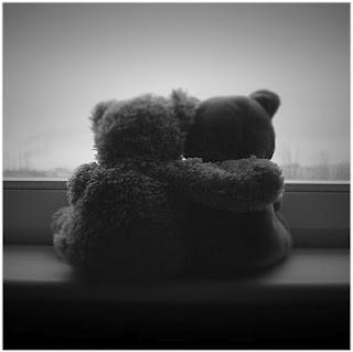 Ketika ku tatap matanya, rasanya aku ingin berpelukan dengannya, ketika aku mencium bibirnya, rasanya aku ingin tinggal bersamanya, tapi ketika kau tinggalkan aku, rasanya aku lagi GALAU,,, Ketika kamu pergi jauh, kudoakan kau selamat saja,
