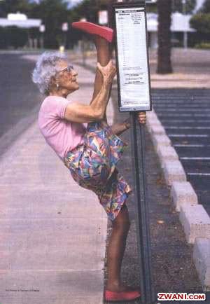 TENDANGAN GELEDEK.... jangan coba macam-macam sama nenek yang satu ini kalo tidak ingin telapak kakinya mendarat dimukamu--- wowwww....!!!