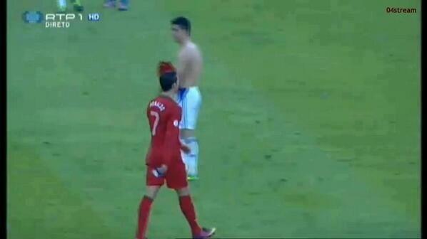 Masih ingatkah kalian pada pertandingan antara Portugal VS Israel ?, di saat pertandingan selesai, pemain israel membuka bajunya dan meminta pertukaran baju dengan Cristiano Ronaldo, namun Ronaldo menolaknya :)) Haha, kesian lu israel :p