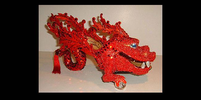 High heels yang satu ini cocok untuk Anda yang akan merayakan tahun baru Imlek. Bentuknya naga, dengan taburan batu-batuan mahal. Ditambah lagi, sang naga memegang bola kristal. Sepatu ini sudah pasti tidak untuk dipakai, untuk pajangan saja.