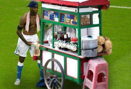Mengejutkan dunia sepakbola...ternyata seusai bertanding balotelli memiliki pekerjaan sampingan, yaitu menjual bakso keliling lapangan. semoga itu bisa membantu penghasilannya..