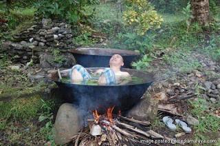supaya lebih mendapatkan senasi mandi dengan air panas ,,.. orang ini langsung mandi di dalam air yang sedang di masak ... WOW nya #