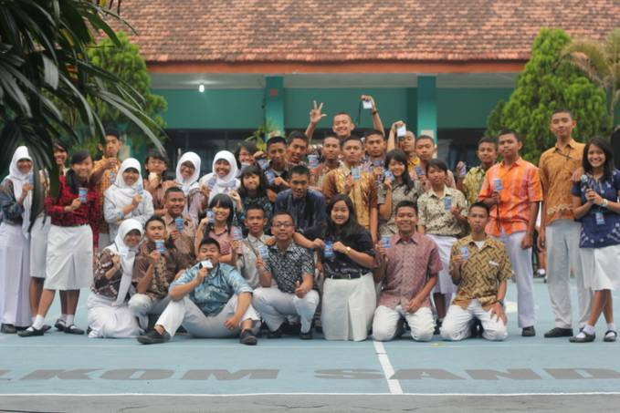 Panitia MOS angkatan 21 SMK Telkom Sandhy Putra Malang . 2013 Attitude Is Everything