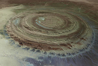 Sebuah lingkaran kemelesetan raksasa 30 batu di seberang, itu awalnya diduga disebabkan oleh serangan meteorit tetapi mungkin sebenarnya formasi geologi terpapar oleh hakisan.Bentuk lahan ini spektakuler di Mauritania di bagian barat daya gurun