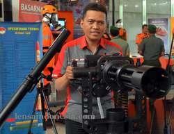 """Mampu lontarkan 3.000 butir peluru per menit, Indonesia kini punya senjata mesin canggih, SMML Kaliber 7,62 mm - Mampu lontarkan 3.000 butir peluru per menit - Senjata Mesin Multi Laras (SMML) kaliber 7,62 mm Senjata Mesin Multi Laras (SMML) kaliber 7,62 mm(Foto: Rudi Puwoko-LICOM) lensaindonesia..com: Indonesia kini sedang mengembangkan prototipe senjata canggih yang diberi ama Senjata Mesin Multi Laras (SMML). Senjata dengan kaliber 7,62 milimeter, senjata ini mampu melontarkan 3.000 butir peluru per menit. Baca juga: Mahfudz Siddiq Apresiasi Terobosan Menhan atas Kerjasama RI-China dan Tangani Konflik Sosial, Polri Kini Bisa Pinjam Alutsista TNI Yasdi, Teknisi Bagian Litbang Senjata PT Pindad, secara khusus kepada LICOM di Jakarta mengatakan, senjata mesin ini merupakan kerjasama PT Pindad dengan Dislitbang TNI-AD. """"Anggarannya dari Direktorat Litbang TNI-AD Tahun Anggaran 2012,"""" ujarnya tanpa mau menyebutkan besaran anggaran yang dikeluarkan untuk pegembangan senjata ini. Menurut Yasdi, senjata ini pengembangan dari senjata Gatling untuk mendukung infantri dari belakang dan juga senjata untuk bertahan dari serbuan infantri. Selain itu, senjata ini diperlukan untuk mengatasi target yang berkecepatan tinggi. Biasanya targetnya adalah pesawat atau terget darat ketika ditembakkan dari udara. """"Senjata ini belum dipasarkan karena memerlukan pengujian mendalam di Pusdik Dislitbang TNI-AD,"""" katanya. Pengujian ini, kata Yasdi, antara lain uji statis peluru yang menggunakan peluru dummy atau peluru hampa. Kemudian, ada uji sistem roda gir untuk menyesuaikan peluru keluar masuk dengan motor listrik. Insya Allah akhir tahun ini hasil ujinya selesai. Dan akan dipasarkan dengan harga jual sekitar Rp 1 miliar,"""" ungkap Yasdi. Dari pantauan LICOM, senjata mesin multi laras (SMML) kaliber 7,62 mm ini disatu sisi memiliki keunggulan seperti mampu menembak 300 meter per menit untuk target bergerak cepat. Namun disisi lain, SMML memiliki kekurangan berupa sistem multi laras yang rel"""
