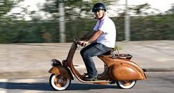 Wow ini dia motor vespa unik. Bodinya semua terbuat dari kayu. Benar-benar ciamik!