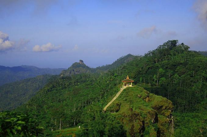 Pemandangan alam obyek wisata Suroloyo yang terletak di Kulonprogo, Yogyakarta. Begitu sejuk & menyenangkan