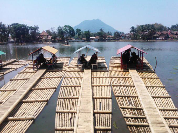 Situ(telaga) Cangkuang, Garut, Jawa Barat. Di pinggir telaga ini terdapat situ arkeologi Candi Cangkuang. Untuk menuju candi tersebut, pengunjung harus menyeberangi telaga menggunakan rakit.