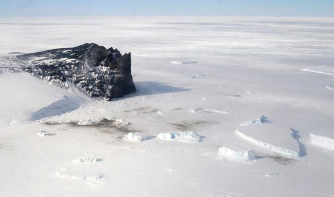 Seperti inilah kira-kira pemandangan alam di antartika (kutub selatan) – terlihat seperti gurun pasir, atau tepatnya gurun es.