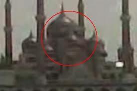 subhanallah tanpa sengaja di foto. masjid kristal ini berbentuk seperti kepala manusia.. kok bisa ya ?